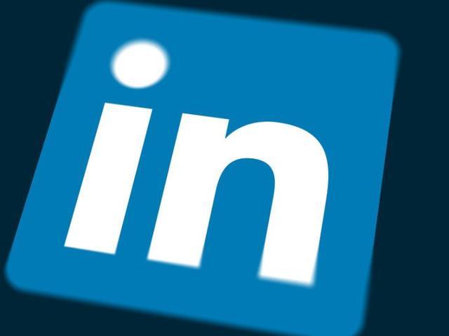 LinkedIn现在让求职者只需点击一下按钮就可以请求推荐